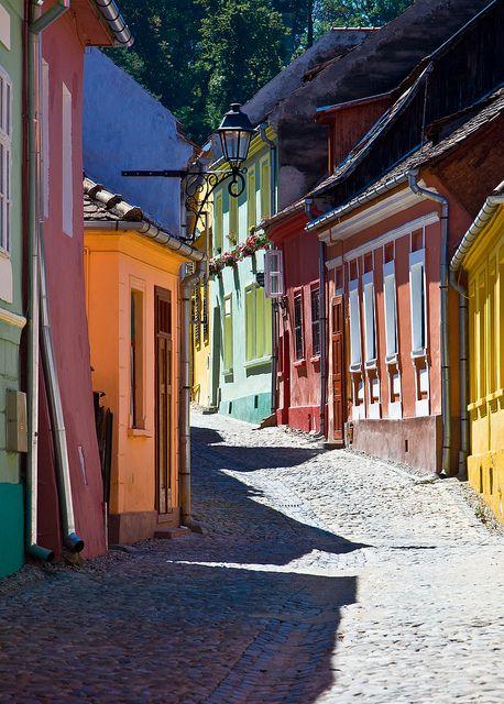 En la ciudadela de Sighisoara, Rumanía, encontramos otro rincón de color. Tonos pastel para dar vida a las calles   In Sighisoara citadel, Romania, we find another corner of colour. Pastel shades to bring the streets to life.