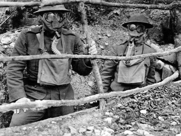 (126) - 1GM23 - Guerra química, El cloro fue utilizado por primera vez por el ejército aleman en la Segunda Batalla de Ypres y, sin una eficaz protección, tuvo un impacto devastador entre los Aliados. Más tarde, el gas mostaza, entre otros, fue desarollado por ambos bandos y comenzó el uso de armas químicas. Desde la Primera Guerra Mundial, muchos países han investigado y desarollado armas químicas.