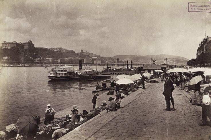 Klösz György a magyar városfotózás úttörőjeként dokumentálta a kiegyezés utáni Magyarországot, illetve az újonnan egyesült Budapestet. Ott volt például az árvizeknél, a Nagykörút és a Nyugati pályaudvar építésénél, valamint Kossuth Lajos gyászmeneténél is. Ezúttal a Duna partján készült képeiből válogattunk.
