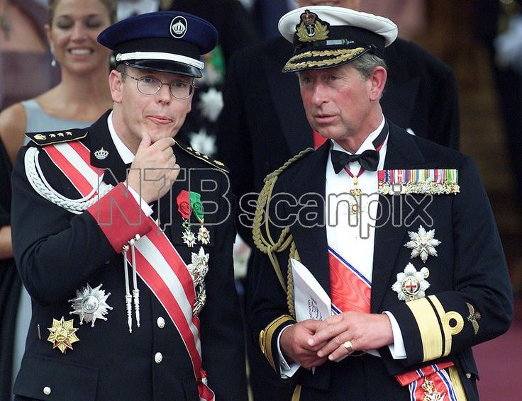 OSLO 20010825: Kongelig bryllup. Kronprins Haakon og kronprinsesse Mette-Marit ble viet av biskop Gunnar Stålsett i Oslo Domkirke lørdag ettermiddag. Her prins Charles av Storbritannia (prinsen av Wales) og arveprins Albert av Monaco utenfor Domkirken etter vielsen lørdag ettermiddag. Foto: Lise Åserud / SCANPIX / POOL