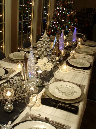 Christmas table...one of the prettiest I've seen !!! This would also be a great table for New Year's Eve!