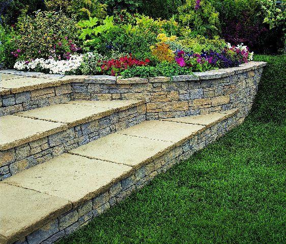 Różnej wielkości płyty imitujące piaskowiec wykorzystano do budowy schodów i murku oporowego
