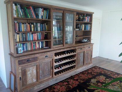 Deze rustieke buffetkast 320cm breed, 220cm hoog en 50/40cm diep. De kast is deels ingedeeld als boekenkast, wijnkast en vitrinekast.