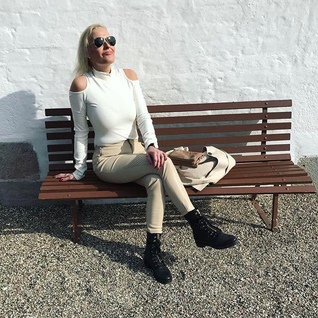 Nyder solen ☀️og den skønne tid på året. På med solbriller og fyr op med et kik til bare skuldre 💕_______________________________________  #love2live #lifestyle #denmark #scandinavianstyle #chic  #mitodense #odensebloggers #aarhus #københavn  #odense #beautiful  #fashion #fashionlook #nailfashion #shootwithlove #lifestylephotography #livsstilsblog #details #fashionstyle  #fashionist #fashionaddict #domoreofwhatmakesyouhappy  #travel #explorer #blondehair #greeneyes #wonhundred…
