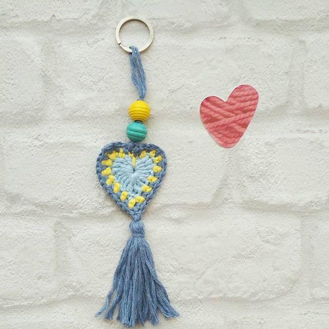 Llavero boho  tutorial súper fácil de la encantadora y dulce Marta @thebluuroom un saludo guapísima!!!  #crocheteandoconangie  #handmade  #crocheting #crocheter #crocheted #artoftheday #hechoamano #crocheteveryday #crochetadict  #ganchillo #ganchillocreativo #craft #crafty #coser #hazlotumismo #doityourself #tejer #tejido #diy #yarn#crochetlife #craftersforinstagram #crafter #art #igers  #yotambiensoyganchillerabluu #crochetlove #boho #knit