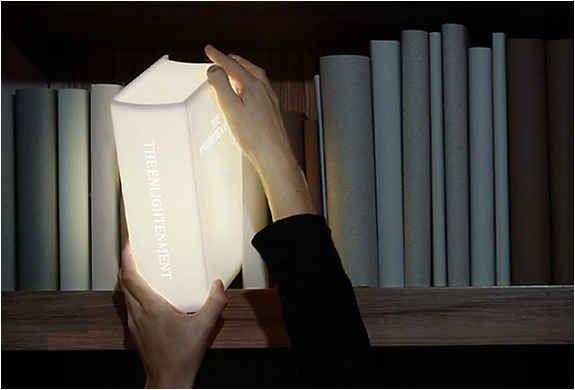 Abajur em formato de livro | 24 presentes insanamente inteligentes para amantes de livros