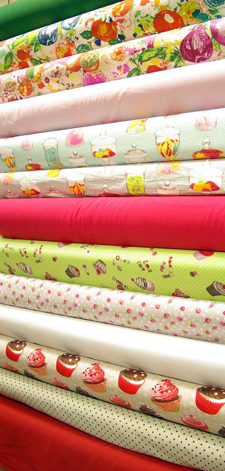 Tissus coton imprimé en 1m40 et 1m60 pour sac à tarte, nappe, chemin de table.... Ainsi que des tissus unis en coton, coton et lin et lin lavé en 2m60 et 2m80.