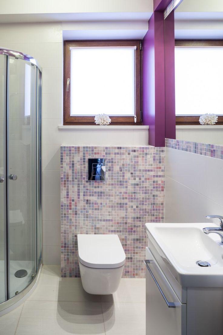 Dom w kolorze lawendy mala toaleta z lustrem powiekszajacym przestrzen 170x170. Nowoczesne aranżacje wnętrz, urządzanie mieszkania, projektanci wnętrz, projektowanie mieszkań, wystrój wnętrz, galeria wnętrz, inspiracje wnętrz, architekci wnętrz.