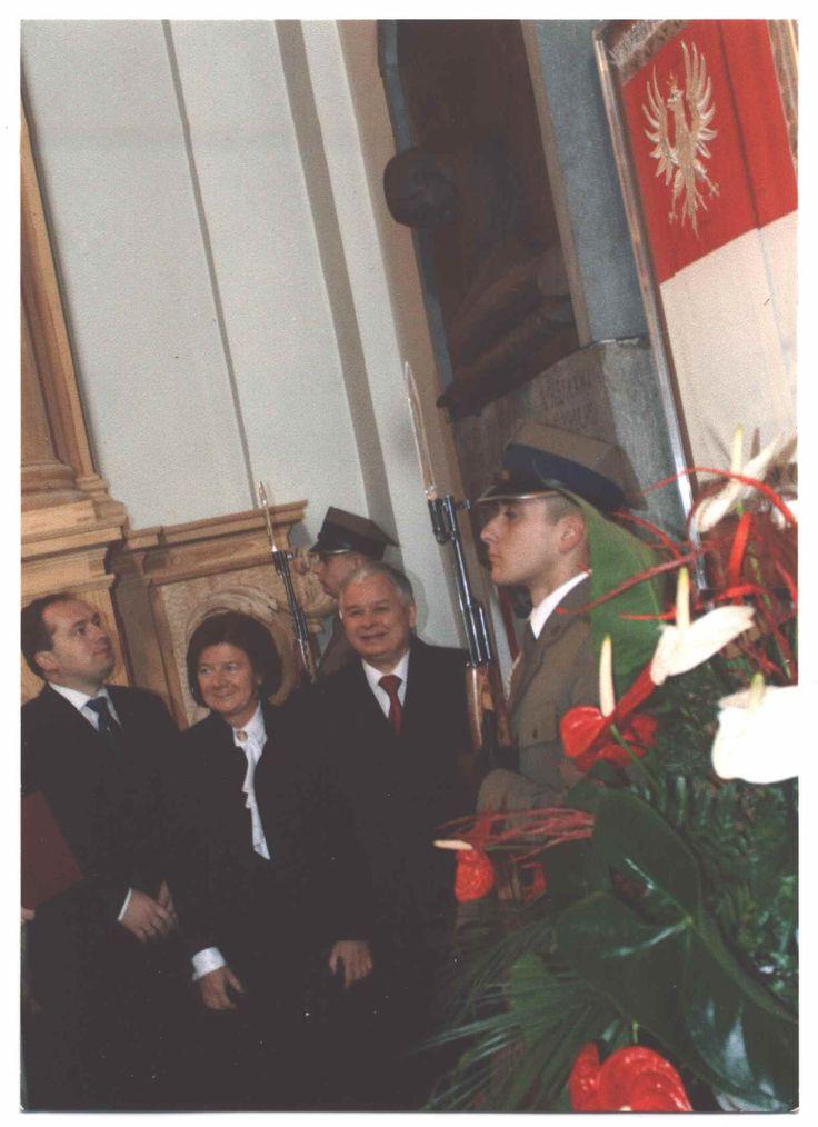 Poświęcenie repliki sztandaru ułanów Krechowieckich w kościele Św. Krzyża w Warszawie z udziałem Marii i Lecha Kaczyńskich. Haft AHA STUDIO