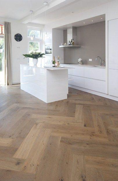 Grote maat visgraat houten vloer in de keuken! Hout is de keuken kan heel goed! www.fairwood.nl