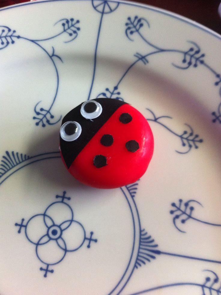 Traktatie makkelijk en leuk! Babybell-lieveheersbeestje, zwart papier, een prittstift en een perforator voor de stipjes. Wiebeloogjes van de Hema.
