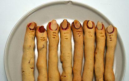 Le dita della strega di Halloween - Questa ricetta utilizza dei semplici biscottini di pasta frolla, che possono preparare anche i bambini, e li trasforma in spaventosi dita di strega con l'aiuto della fantasia e di mandorle che fungono da unghie.
