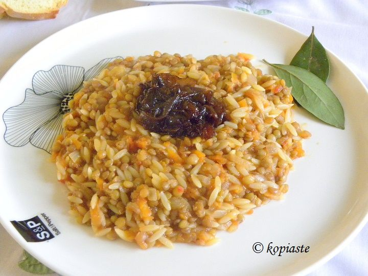This Brown Lentils with Carrots, Orzo and caramelized onions dish has been one of my family's favourite Cypriot dishes for years. #lentils #caramelized_onions #Gree_food #Cypriot_recipes #kopiaste #vegan