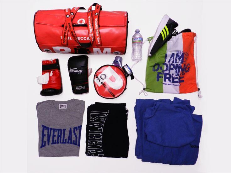 Il maxi bauletto sportivo Rolling di Paul Meccanico può contenere: - sacca con scarpe; - guantoni da boxe; - borsellino per shampoo e doccia schiuma; - bottiglietta d'acqua; - maglietta; - pantaloni fitness; - accappatoio.