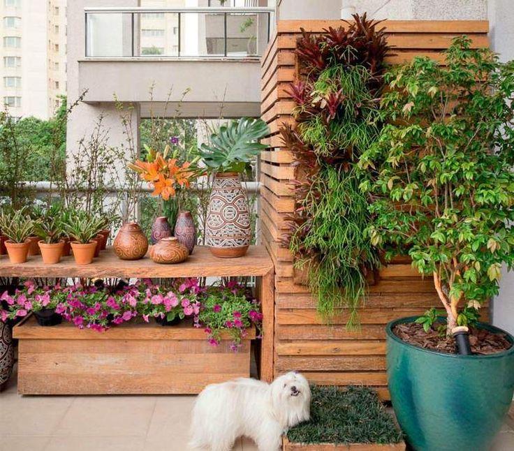 balcon aux accents en bois avec beaucoup de plantes vertes et fleurs