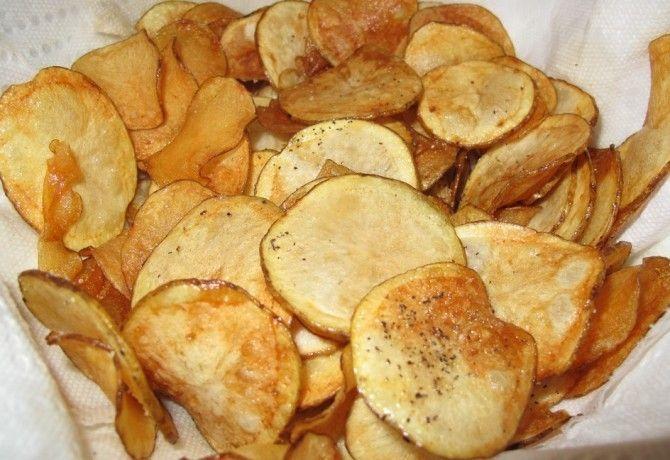 A burgonya és a chips szavak együttese szerintem a világ egyik legvonzóbb és ínycsiklandóbb szóösszetétele. Ember legyen a talpán, aki nem csábul el néha egy-egy adalékanyagtól, ízfokozótól hemzsegő isteni chipses-zacskóra. Ha tényleg ennéd, egyél házit - mikróban irtó gyorsan elkészül, el se hiszed! Gyalulj le egy krumplit (édesburgonya is lehe...