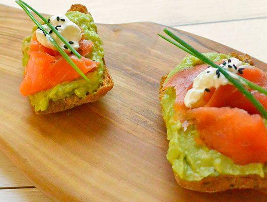 Ricette celiachia - Sbucciate l'avocado e schiacciate la polpa con una forchetta, poi aggiungete il succo di mezzo lime, aggiustate di sale. Tostate il pane e f
