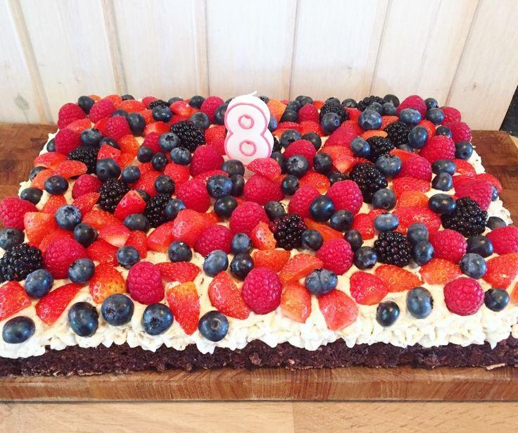 Når det er sommer og solen skinner, havens bær er på sit højeste, så er der ikke noget bedre end at bage en lækker kage, som rummer alt det gode fra haven. Her får du opskriften på den sommerkage, som vores gæster elsker allermest. Det er en skønkage bagt med chokoladenøddebund toppet med syrlig cremetrabarberskum og masser af friskebær. Der er rigeligt kage til ca: 16 personer Chokoladenøddebund Det skal du bruge: 8pasteuriserede æggehvider 400gr sukker 150 gr. hasselnødder 200 gr…