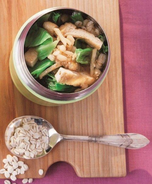 """キャベツと油揚げの押し麦味噌スープ   ぷちっとした食感も魅力の""""押し麦""""を使ったスープジャーレシピ マキアオンライン    材料 (1人分) 押し麦 大さじ2 キャベツ(ちぎったもの) 40g(大1枚) 油揚げ(細切り) 1/2枚分 ■ A 顆粒だしの素 小さじ1/2 しょうが(せん切り) 1かけ分 白ごま 小さじ2 味噌 大さじ1 プレミアムサービス カロリー・塩分を計算 作り方 1 スープジャーに押し麦を入れ、水を入れてさっと洗い、内ブタを使って水を捨てる。 2 キャベツ、油揚げを入れ、熱湯を注いでフタをし、軽く振ったら2分おく。具材が出ないよう内ブタを使って湯切りをする。 3 スープジャーにAを上から順に加え、味噌をとかすように内側の線の5㎜下まで熱湯を注ぎ、フタをして、軽く振って3時間おく。"""