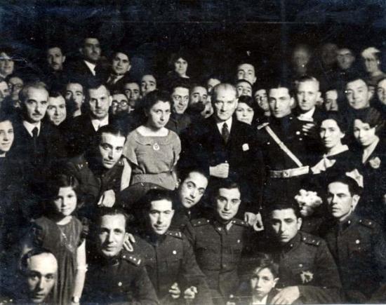 Gazi Mustafa Kemal Atatürk, İsmet İnönü ile birlikte askeri okul talebeleri ve gençlerle beraber çektirdikleri fotoğraf