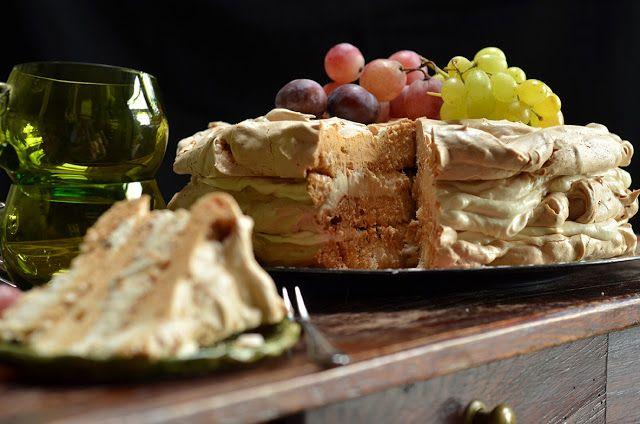 Tort bezowy z kremem karmelowym, chrupiący, sprawdza się z okazji wszystkich uroczystości rodzinnych, na święta i przyjęcia.