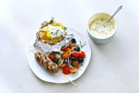 Gepofte aardappelen met Griekse gehaktspiesen - Recept - Allerhande - Albert Heijn