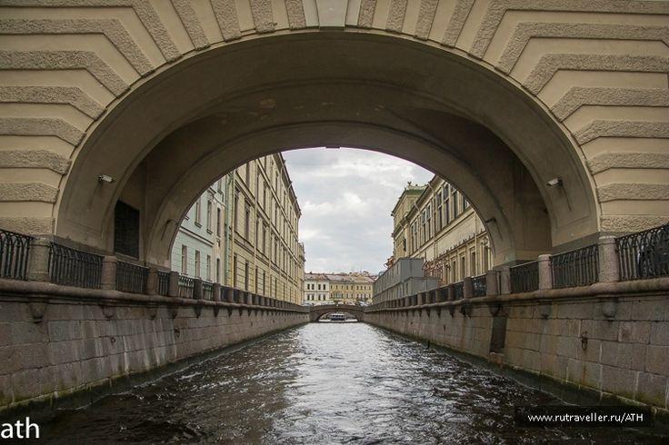 Зимняя канавка между современными зданиями Старого Эрмитажа и Эрмитажного театра