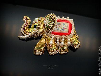 Купить или заказать Брошь Индийский Слон, талисман, вышивка золотом в интернет-магазине на Ярмарке Мастеров. Продолжаю свою коллекцию украшений со слонами. Брошь коллекционная. Чудесный маленький слоник создан из позолоченных компонентов, разных натуральных жемчужин, антикварного мельчайшего бисера, а спинку слона украшает винтажный редкий кабошон. Брошь легкая и маленькая для таких работ в вышивке. Это ювелирная вышивка. Брошь в подарочной красивой коробочке.