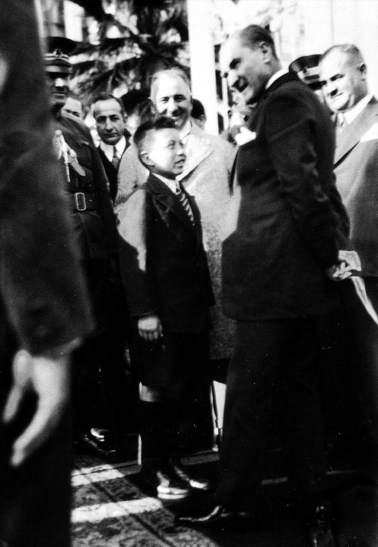 15 Haziran 1930, Atatürk bir çocukla sohbet ediyor.