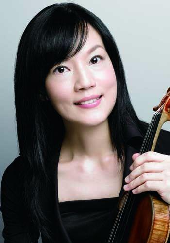 千住 真理子(ヴァイオリン) 千住 真理子(ヴァイオリン) Mariko Senju, violin 2歳半よりヴァイオリンを始める。全日本学生音楽コンクール小学生の部全国1位。NHK交響楽団と共演し12歳でデビュー。日本音楽コンクールに最年少15歳で優勝、レウカディア賞受賞。パガニーニ国際コンクールに最年少で入賞。慶応義塾大学卒業後、指揮者故ジュゼッペ・シノーポリに認められ、87年ロンドン、88年ローマデビュー。国内外での活躍はもちろん、文化大使派遣演奏家としてブラジル、チリ、ウルグアイ等で演奏会を行う。また、チャリティーコンサート等、社会活動にも関心を寄せている。1993年文化庁「芸術作品賞」、1994年度村松賞、1995年モービル音楽賞奨励賞各賞受賞。1999年2月、ニューヨーク・カーネギーホールのウェイル・リサイタルホールにて、ソロ・リサイタルを開き、大成功を収める。2002年秋、ストラディヴァリウス「デュランティ」との運命的な出会いを果たし、話題となる。