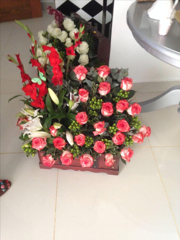Baúl grande con rosas blush, gladiolos rojos, lirios blancos y hipericum verde $6,500 + transporte