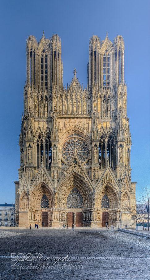 Cathédrale Notre-Dame de Reims. by Vincent_Zenon - pääsisäänkäynti, jonka yläpuolella 'ruusuikkuna'