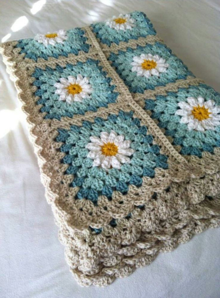 Beautiful daisy granny squares. Pattern available here http://colorncream.blogspot.nl/2013/09/flower-square-tutorial-iii.html