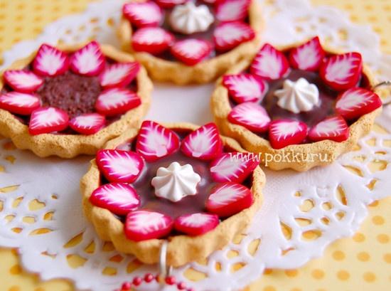 colar torta de morango e chocolate com chantilly feito a mão de cerâmica plástica. edição super limitada!!  R$43  by pokkuru