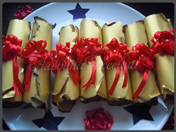 Приглашения на свадьбу. Золотые старинные свитки с красным цветком.: На крыльях вдохновения.