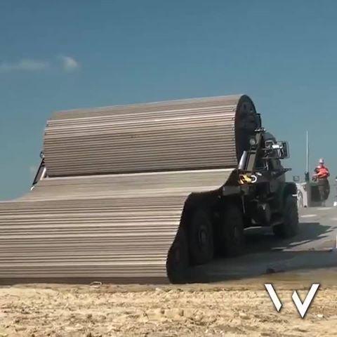 Esse caminhão é capaz de lançar uma esteira que serve de estrada para outro veículos em terreno intrafegável. É claro que a tecnologia tem aplicação predominantemente militar, entretanto sabemos que muitas estradas no Brasil necessitariam desse tipo de assistência. Curta Engenharia em Dia