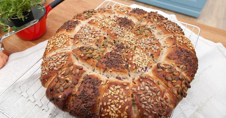 Saftigt och matigt brytbröd med bruna bönor, rödlök, timjan och massor av goda frön.
