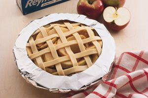 How to prevent a pie crust from burning...DIY pie crust shield made from aluminum foil.