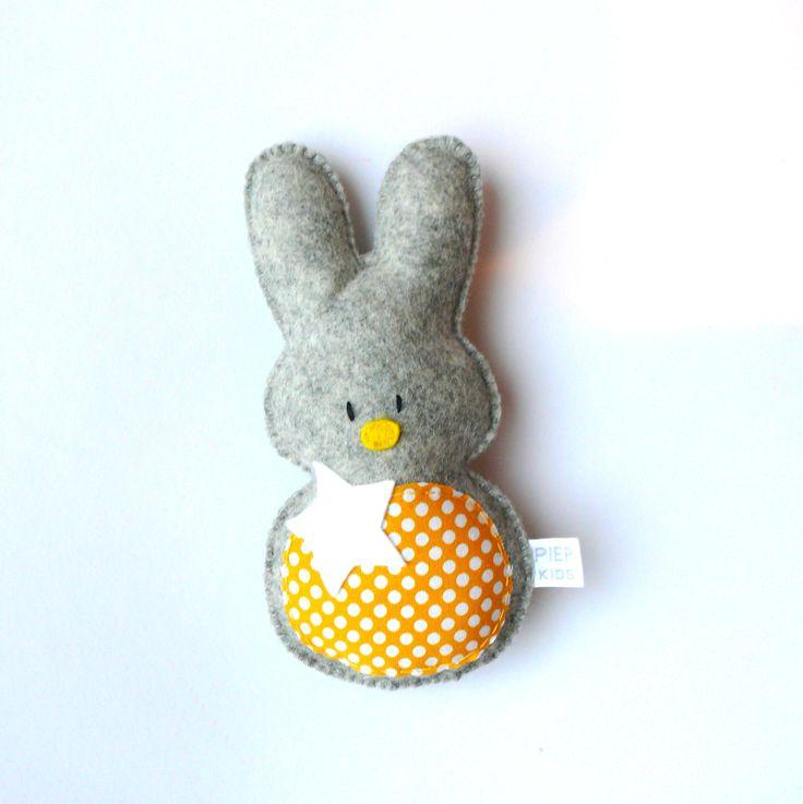 Jip konijn, vilten knuffel/rammelaar !www.piep kids.nl