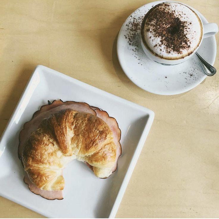 Croissant jambon fromage &a cappuccino à Le Café Crème MTL,QC
