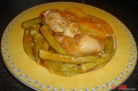 Κοτόπουλο με μπάμιες στο φούρνο.