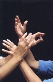 Des mains... illustrant la beauté du geste, la fluidité du mouvement et l'élégance de la langue des signes québécoise (LSQ).