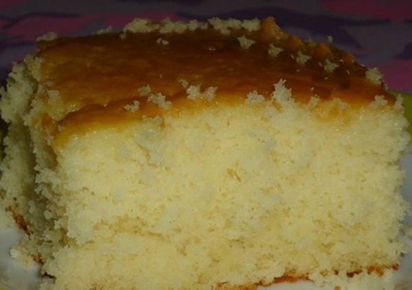 Segue a receita: 4 ovos 2 xícaras de açúcar 2 xícaras de farinha de trigo1 colher de sopa de fermento em pó1 xícara de leite fervente Modo de preparo: Bata