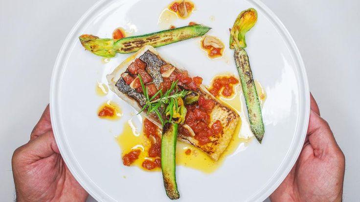El chef Salvador Brugués nos enseña una manera diferente de cocinar el pescado congelado. Para ello, es necesario previamente envasarlo salpimentado, congelarlo y sacarlo para cocinarlo en el mismo...