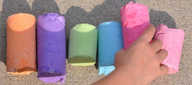 Aprenda como fazer giz colorido para as crianças