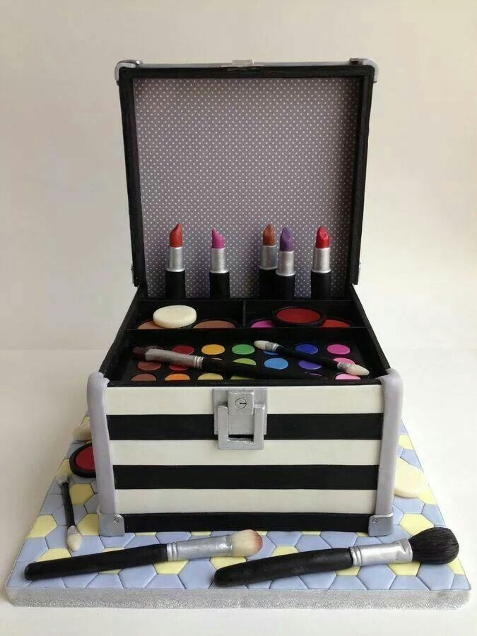 Taart in de vorm van een make-up doos