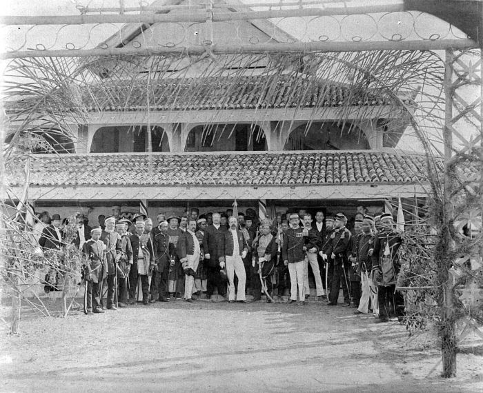 COLLECTIE TROPENMUSEUM Installatie van de Sultan van Siak in 1889 in aanwezigheid van resident Michielsen overste Van der Pol en assistent-resident Schouten Oost-Sumatra TMnr | Upacara penobatan Sultan Siak pada tahun 1899