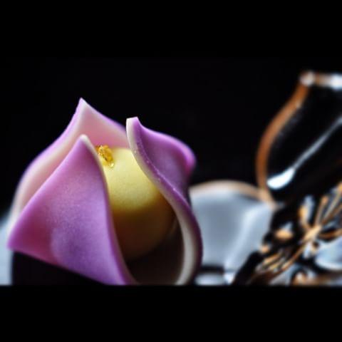 """一日一菓 「花菖蒲」 煉切製 wagashi of one day """"Iris"""" 本日も花菖蒲です。 今回は黄味餡を煉切で包んで表現しました。 花菖蒲も桜や菊の様に表現の多い花の一つです。 この季節段々と梅雨前線の近づく昨今、 実際の花菖蒲は雨の日の次日が見頃なのだそぉです。 #和菓子 #煉切 #ねりきり #wagashi #あん #wagashi #nerikiri #japan #sweet #cake #artist #candy #花菖蒲 #Lris #工芸 #技法 #may # #"""