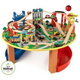 Mooi speeltafel met treinen, heuvels, bruggen en een hijskraan uit de Kidkraft collectie. De ronde treintafel met 80 onderdelen is perfect voor elke jonge conducteur. De set bestaat o.a. uit: hijskranen, startbaan, verkeersborden, vliegtuig, helikopter en een luxe treinbrug met drie niveaus. Daarnaast heeft de tafel twee handige opbergbakken. Het spoor is geschikt voor de houten treinsets van Thomas & Friends en Brio.