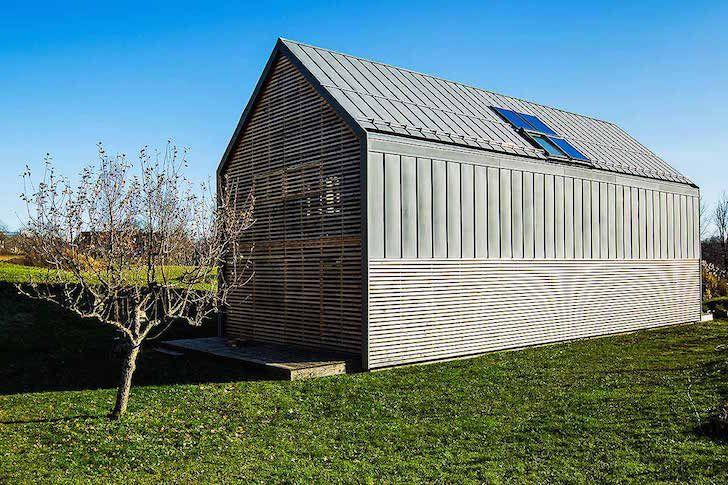 Na paisagem bucólica de Rodovljica, o atelier Scapelab replicou uma tradicional quintinha eslovena, que agora depende das renováveis.